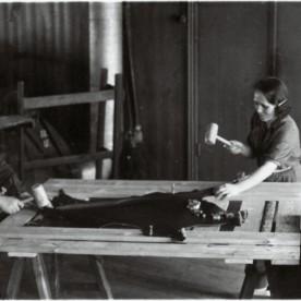 Nahkade venitamine 1930ndate aastate nahatööstuses.
