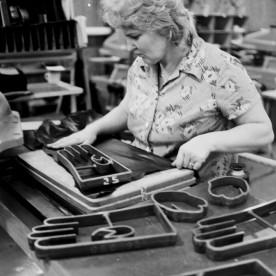 Nahkkinnaste tööstuslikul tasemel juurdelõikus on alati toimunud ühtemoodi – kõik detailid stantsitakse nahast ükshaaval välja. Pildil on näha nimetatud tegevus 1984. aastal.