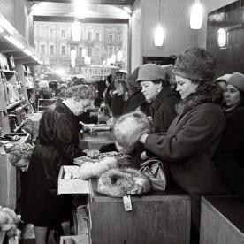 Linda firmakaupluse avamine Tallinnas Raekoja platsil 28.11.1964. Üldise kaubanappuse tingimustes oli see karusnahakauplus kuulus üle terve NSV Liidu ja rüselejad lõunapause ei pidanud!
