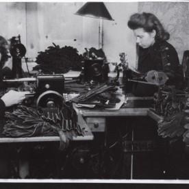 Pärast II maailmasõja kataklüsme jätkus tootmine Nõukogude võimu poolt natsionaliseeritud ettevõttena. Fotol nahkkinnaste õmblemine 1940ndate lõpus.